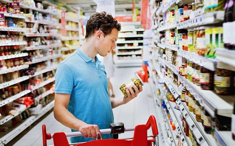 Osoby zortoreksją szczegółowo czytają skład na etykietach produktów.
