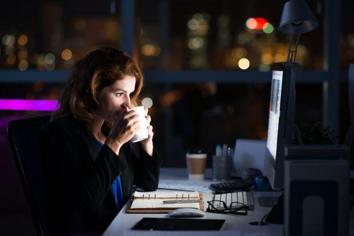Objawem pracoholizmu może być codzienne zostawanie dłużej wpracy lub zabieranie jej do domu