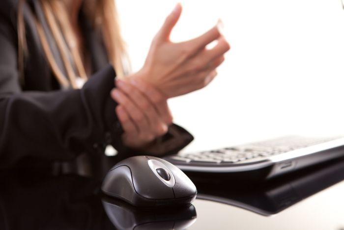 Zespół cieśni nadgarstka to jeden zfizycznych skutków uzależnienia od internetu