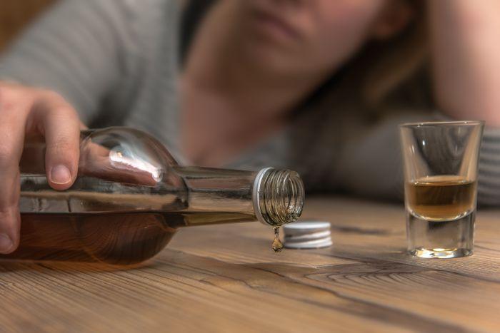 Alkoholizm stanowi ogromny problem społeczny.