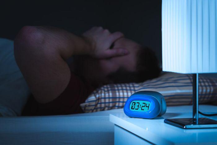 Bezsenność objawia się trudnościami wzasypianiu iczęstym przebudzaniem wnocy
