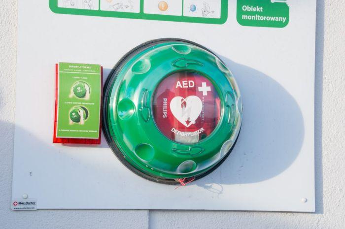 Automatyczny defibrylator zewnętrzny zamontowany na molo wSopocie