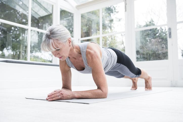 Joga jest dość skuteczna wradzeniu sobie zniektórymi objawami menopauzy. Może np. łagodzić uderzenia gorąca inocne poty, problemy ze snem.