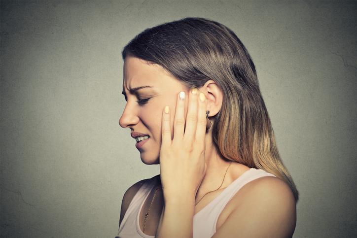 Szum uszny, który trwa długo, obniża jakość życia.