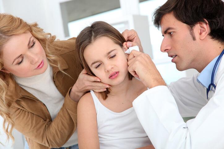 Badanie otoskopowe ucha ma decydujące znaczenie dla rozpoznania przyczyny bólu ucha.